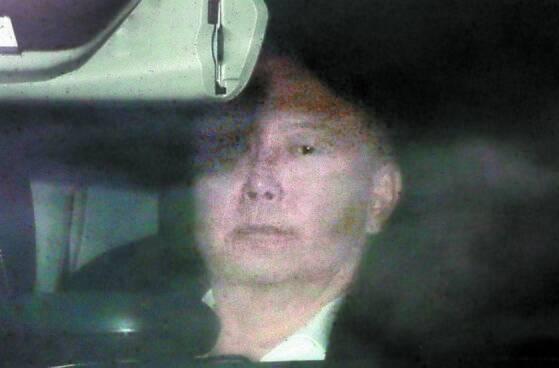 차량에 탑승한 윤석열 검찰총장이 지난달 27일 대검찰청으로 출근하고 있다. [뉴시스]