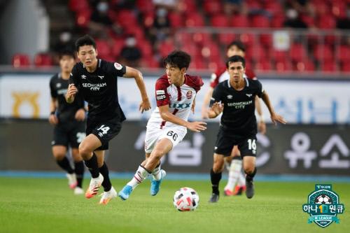 서울 공격수 한승규가 1일 성남 탄천종합운동장에서 열린 하나원큐 K리그1 2020 14라운드에서 드리블하고 있다. 제공   프로축구연맹