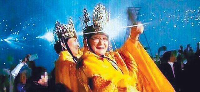 신천지예수교증거장막성전은 이만희 교주를 '만왕의 왕'이라고 추앙한다. 이만희는 2012년 9월 서울 잠실 올림픽주경기장에서 열린 제6회 세계 평화·광복 하늘문화예술체전에서 내연녀였던 김남희씨와 왕복을 입고 행사장에 나타났다.