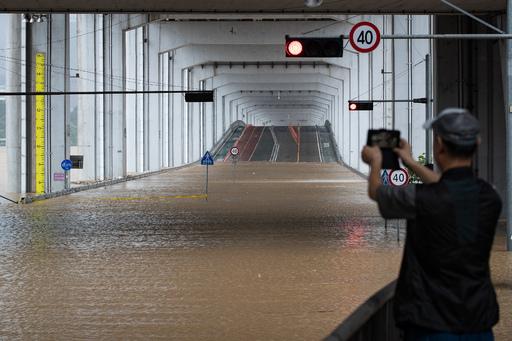 3일 중부지방에 집중되고 있는 폭우로 한강수위가 상승, 서울 잠수교 일대가 침수로 통제되고 있다. 뉴스1