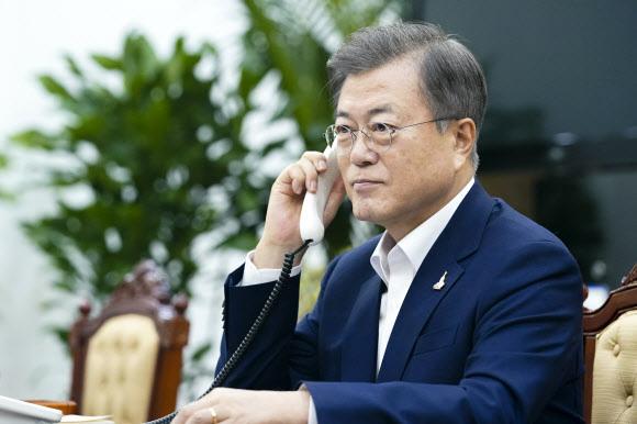 - 문재인 대통령이 28일 청와대에서 저신다 아던 뉴질랜드 총리와 전화 통화하고 있다. 연합뉴스