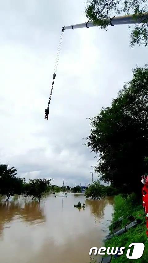 서울 지역에 집중호우가 내린 3일 오후 서초구 한강시민공원 잠원지구에서 컨테이너 이동 작업 중이던 인부 2명이 불어난 물에 고립돼 소방대원들이 구조하고 있다.(서초소방서 제공) 2020.8.3/뉴스1