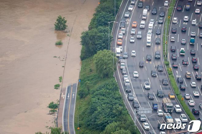 3일 중부지방에 집중되고 있는 폭우로 서울 여의도 63아트에서 바라본 한강이 흙탕물로 변해 있다. 이날 서울 지역에서는 폭우로 여의 상·하류 IC가 통제되고 하천 43곳 중 18곳이 완전 통제됐다. 전면 통제됐던 동부간선도로는 일부구간 통행이 재개됐다. 2020.8.3/뉴스1 © News1 유승관 기자
