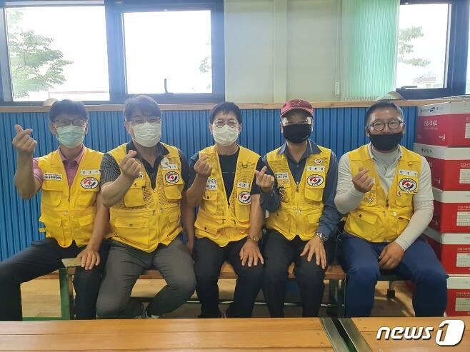 4일 오후 경기 이천 율면 실내체육관 이재민대피소의 민호기(58)·최광수(52)·이정근(67)·정환필(64)·박성만(58) 자원봉사자들이 손가락 하트를 하고 있다. © 뉴스1/정혜민 기자