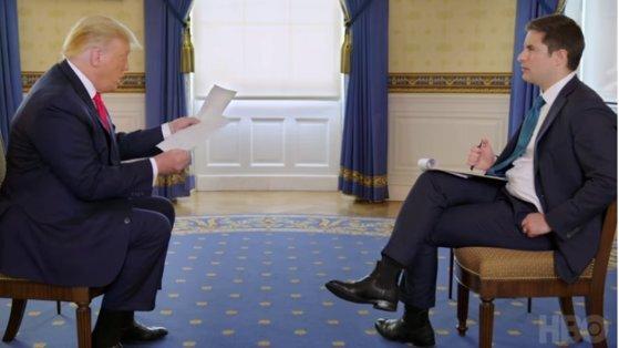 도널드 트럼프 미국 대통령이 조나선 스완 악시오스 기자와 인터뷰하고 있다. 반복되는 압박 질문에 트럼프 대통령이 자료를 뒤적이고 있다. [악시오스-HBO 인터뷰 캡처]