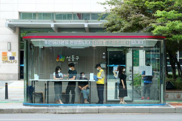 지난 3일 개장한 서울 성동구청 앞 실내 버스정류장 '스마트쉼터' 성동구 제공