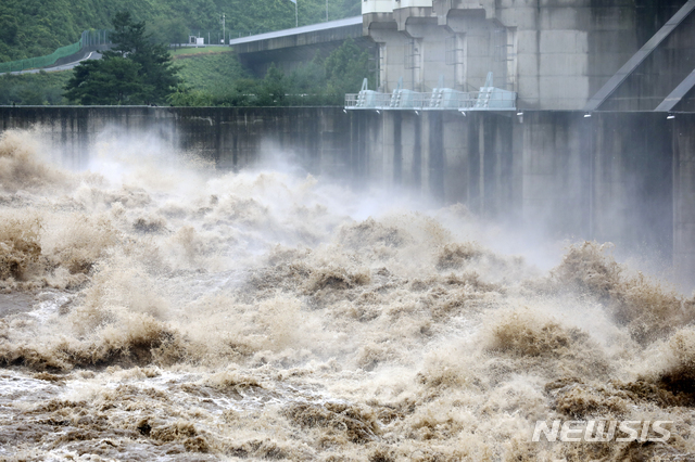 """[연천=뉴시스] 최진석 기자 = 임진강 상류와 군남댐 수위가 다시 상승한 5일 경기도 연천군 군남댐을 통해 임진강물이 방류되고 있다. 군남댐을 관리하는 한국수자원공사 측은 """"유입량이 계속 늘고 있다""""며 """"유입량보다 물을 더 많이 방류할 수는 없기 때문에 수위를 판단해가며 방류량을 조절하고 있다""""고 밝혔다. 2020.08.05.myjs@newsis.com"""
