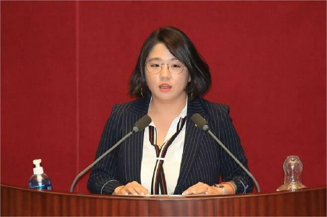 지난 4일 국회 본회의에서 기본소득당 용혜인 의원이 토론하고 있다. (사진=연합뉴스)