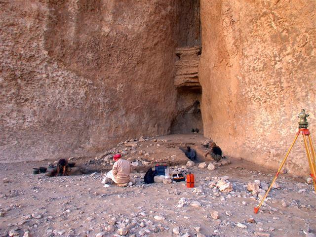 예멘과 오만 등 아랍 지역에서 북미 원주민이 사용한 화살촉과 유사한 유적들이 발굴됐다. 아랍 유적은 미국의 것보다 2000년 정도 늦은 7000~8000년 전 신석기시대의 것으로 추정되고 있다. 유적이 발견된 예멘의 마냐자흐 지역의 동굴 모습.미국 오하이오주립대 제공