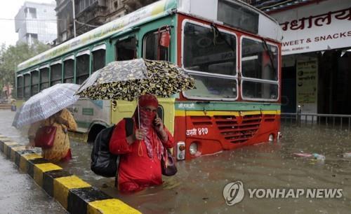 폭우로 잠긴 인도 뭄바이 시내. [AFP=연합뉴스]
