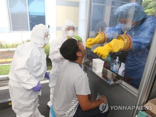 코로나19 검사받는 외국인 [연합뉴스 자료사진]