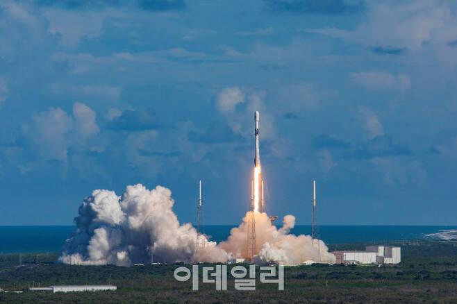 한국군 첫 전용 통신위성 '아나시스(Anasis) 2호'를 실은 팰컨9 로켓이 지난 달 21일 오전 미국 플로리다주 케이프커내버럴 공군기지에서 발사되고 있다. [사진=방위사업청]