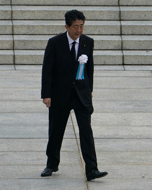 일본 히로시마 원자폭탄 투하 75주년을 맞아 아베 신조 총리가 6일 히로시마 평화공원에서 열린 기념식에 등장했다. 히로시마=AP 뉴시스