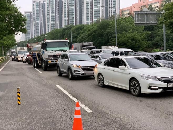 7일 오전 7시30분쯤 서울 올림픽대로 반포대교 남단 분기점 부근에서 도로 통제로 극심한 정체를 빚고 있다/사진=이강준 기자