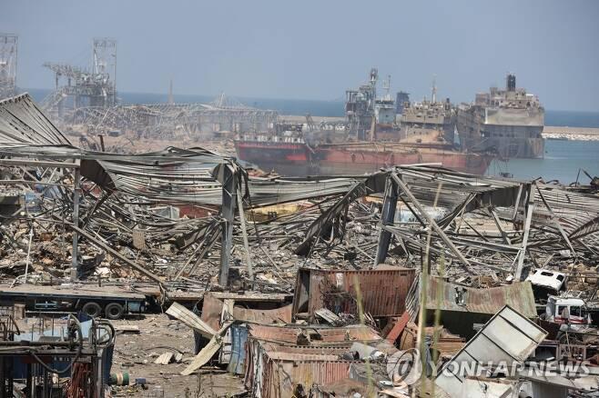 대폭발로 처참하게 파괴된 베이루트 항구 (베이루트 EPA=연합뉴스) 대규모 폭발로 처참하게 파괴된 레바논 베이루트 항구의 5일(현지시간) 모습. 전날 발생한 두 차례 대폭발로 최소 135명이 숨지고 5천여명이 부상했다. leekm@yna.co.kr