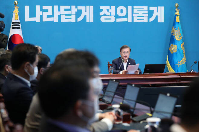 """문재인 대통령은 지난달 27일 오후 청와대에서 열린 수석·보좌관 회의에서 """"OECD 국가들이 매우 큰 폭 성장이 후퇴하고 있는 것에 비하면 (한국경제는) 기적 같은 선방 결과""""라며 """"3분기부터는 경제 반등에 성공할 수 있을 것""""이라고 말했다. 연합뉴스 제공"""