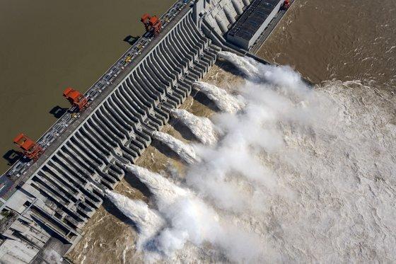 중국은 최근 2달 이상 홍수에 시달렸다. 사진은 지난 2일 중국 싼샤댐에서 물이 방류되고 있는 모습. [신화=연합뉴스]