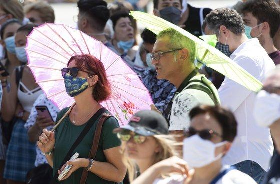 지난 2일 바티칸시티를 찾은 관광객들이 더위를 피하기 위해 양산을 들고 관광을 하고 있다. [EPA=연합뉴스]