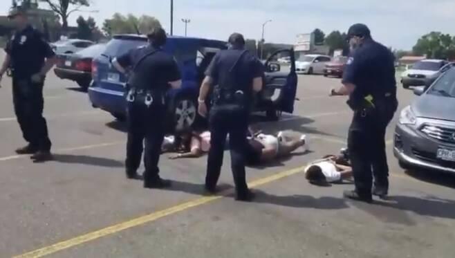 지난 2일(현지시간) 미국 콜로라도주 오로라 경찰이 무고한 흑인 소녀들에게 수갑을 채우고 땅에 엎드리게 하는 모습. [트위터 갈무리. 재판매 및 DB 금지]