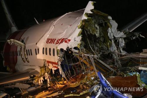 인도 남부에서 착륙시 활주로를 이탈해 파손된 사고 항공기 [EPA=연합뉴스]