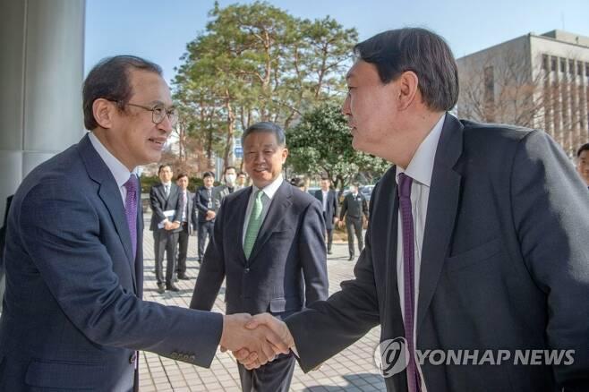 윤석열 검찰총장과 악수하는 문찬석 광주지검장 [연합뉴스 자료사진]