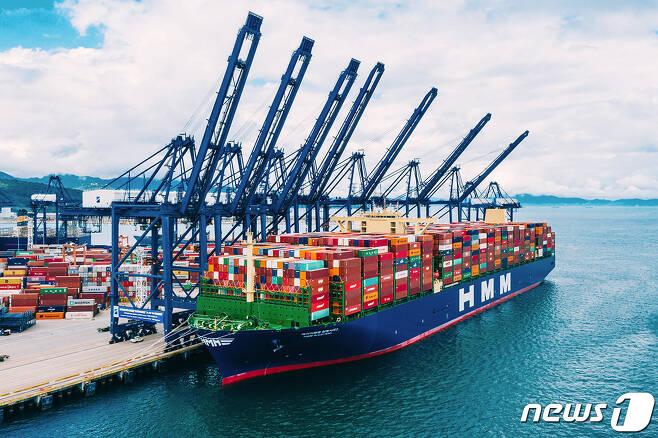 HMM의 2만4000TEU급 컨테이너 1호선 알헤시라스호가 지난 5월 만선으로 중국 얀티안에서 유럽으로 출발하던 모습. (HMM 제공) © 뉴스1