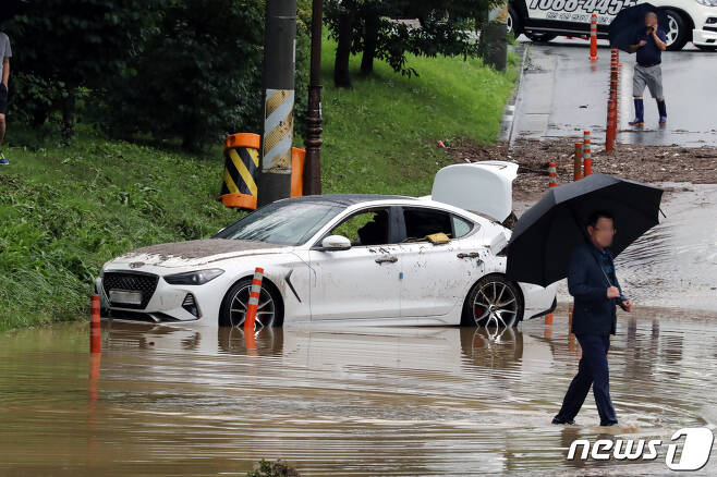 이달 초 발생한 폭우로 갑자기 불어난 물을 미쳐 피하지 못한 차량 모습(뉴스1DB)© News1