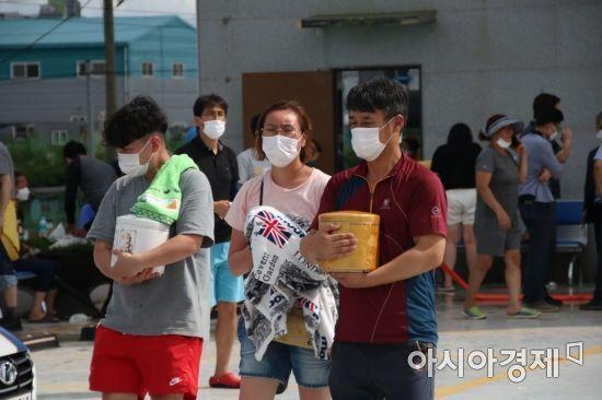 지난 7일부터 이어진 비로 광주광역시 한 사설 추모관 지하 1층이 침수돼 가족의 유골함을 수습해 나오고 있다.