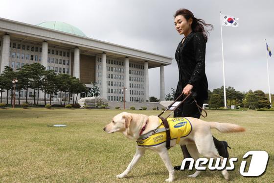 김예지 미래한국당 의원과 안내견 조이./사진=뉴스1