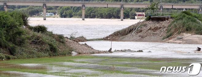 9일 전날 내린 집중호우에 무너진 전북 남원시 금곡교 상부의 제방 모습. 2020.8.9/뉴스1 © News1 유경석 기자