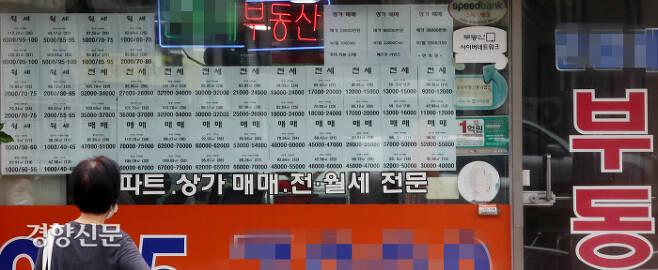 끝도 없이 오르네 서울 노원구의 한 부동산중개소 창문에 10일 전·월세와 매매 시장에 나온 매물 안내문이 가득 붙어 있다.  김기남 기자 kknphoto@kyunghyang.com