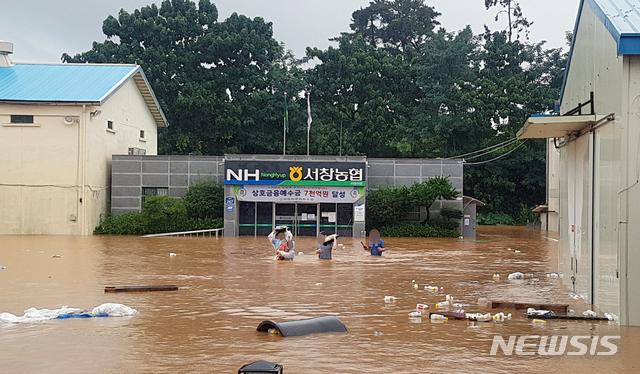 [광주=뉴시스] 변재훈 기자 = 8일 광주 서구 서창동 영산강변에 위치한 서창농협 및 영농자재센터 일대가 폭우로 불어난 강물에 잠겼다. 이날 영산강 수계 전역에는 홍수 경보가 발령됐다. (사진=독자 제공) 2020.08.08. photo@newsis.com
