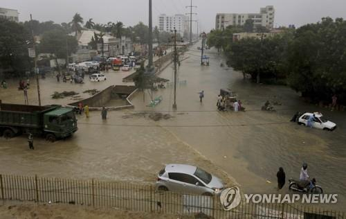 폭우로 물에 잠긴 파키스탄 카라치 시내. [AP=연합뉴스]
