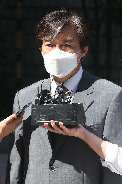 조국 전 법무부 장관이 지난달 공판을 받기 위해 서울중앙지법 청사로 들어서고 있다. /장련성 기자