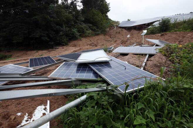 지난 8일 충북 제천시 대랑동 태양광 설비가 산사태로 파손돼 있다.   연합뉴스
