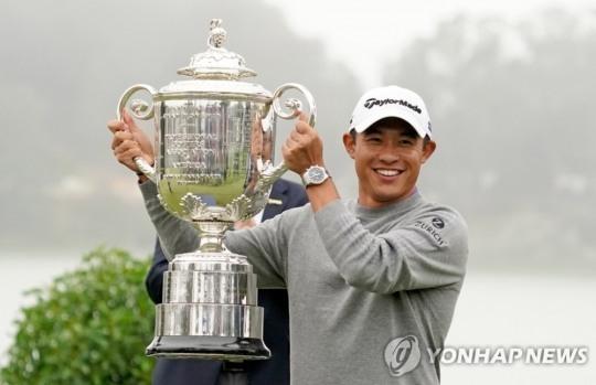 23세의 나이로 올 PGA챔피언십을 제패한 일본계 미국인 콜린 모리카와는 타이거 우즈와 혼혈, 캘리포니아 출신 등 공통점을 갖고 있어 '제2의 타이거 우즈'로 주목받는다. 사진은 PGA챔피언십 우승 트로피를 들고 있는 모습.