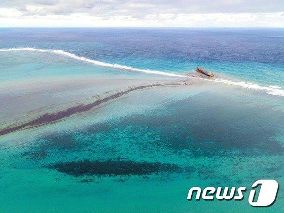 산호초에 좌초된 와카시오호에서 유출된 기름들이 검은 띠를 이뤄 퍼져나가고 있다.© AFP/사진 = 뉴스1