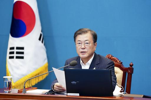 문재인 대통령이 10일 오후 청와대에서 수석·보좌관 회의를 주재하며 발언을 하고 있는 모습. 연합뉴스