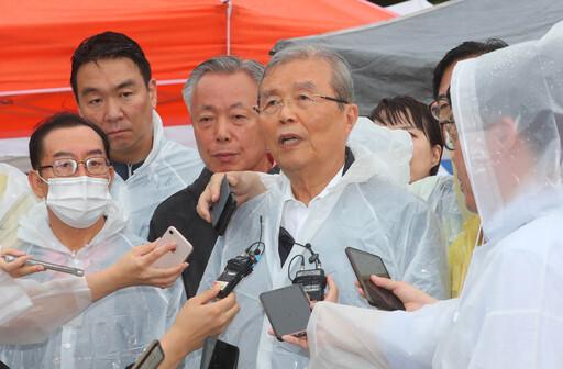 10일 수해현장을 찾아간 미래통합당 김종인 비상대책위원장이 취재진 질문에 답하고 있다. 하동=뉴시스