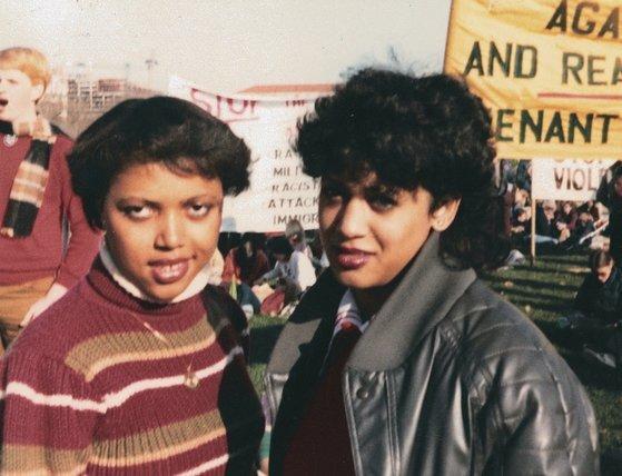 1982년 '흑인들의 하버드'로 불리는 워싱턴 하워드대 재학 시절의 카멀라 해리스(오른쪽). 친구와 함께 인종차별 철폐 집회에 참석했다. [AP=연합뉴스]