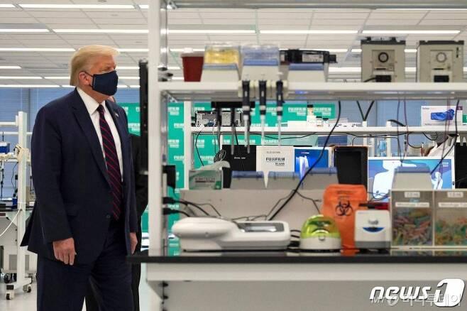 (모리스빌 AFP=뉴스1) 우동명 기자 = 도널드 트럼프 미국 대통령이 27일(현지시간) 노스캐롤라이나주 모리스빌의 후지필름 디오신스 바이오테크놀러지스의 코로나 백신 연구실을 마스크를 쓰고 방문하고 있다.   ⓒ AFP=뉴스1