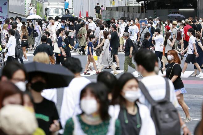 신종 코로나바이러스 감염증(코로나19) 예방 마스크를 쓴 사람들이 2일 일본 도쿄의 중심가를 걷고 있다. 일본에서는 코로나19 누적 확진자수가 급증하고 있어 통제가 불가능한 수준까지 치달을 수 있다는 우려가 커지고 있다. 도쿄에서는 이날도 290여명의 신규 확진자가 발생했다. 2020.08.02 AP 연합뉴스