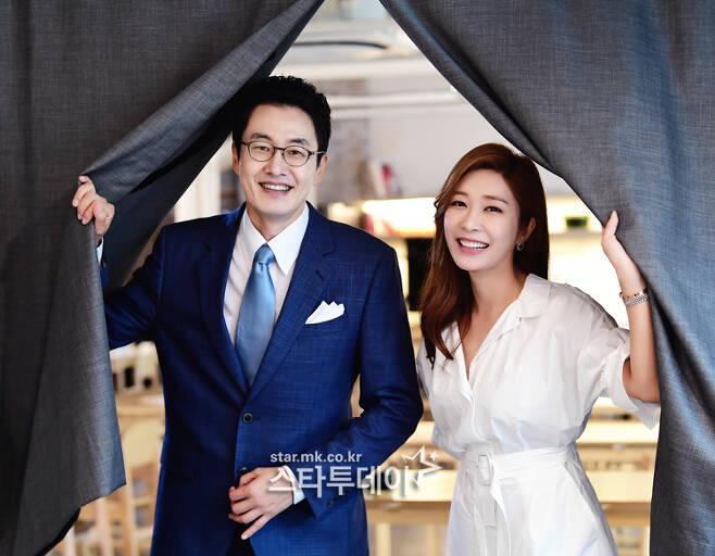 `아침마당` 김재원(왼쪽)-이정민 아나운서가 프로그램에 대한 애정과 자부심을 드러냈다. 사진|강영국 기자