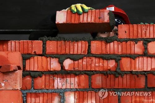 건물 외벽을 쌓는데 이용되는 빨간벽돌 [이타르-타스=연합뉴스]