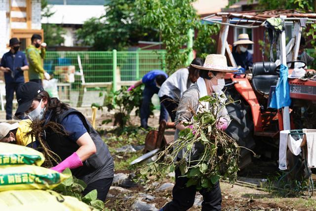 김정숙 여사가 12일 강원 철원군 동송읍 이길리 마을에서 수해복구 작업을 하고 있다. 청와대 제공