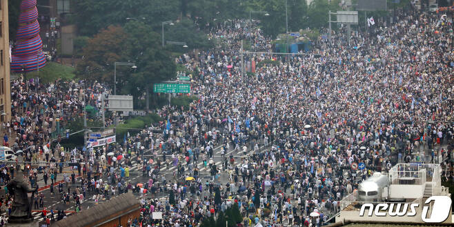 보수단체 회원들이 15일 서울 종로구 광화문 네거리에서 집회를 하고 있다. 2020.8.15/뉴스1 © News1 김명섭 기자