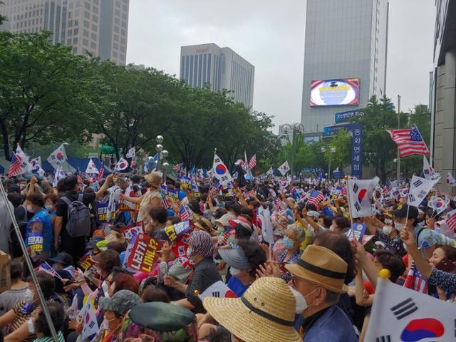 15일 낮 12시40분 서울 종로구 동화면세점 인근 보수성향단체 집회에 수천명의 시민들이 모여 집회 구호를 외치고 있다. 김현종 기자