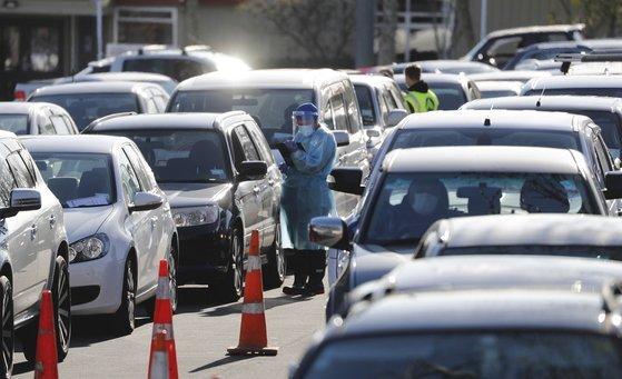 지난 13 일 뉴질랜드 오클랜드에서 코로나 진단 검사를 받기 위해 늘어선 자동차들. [AP=연합뉴스]