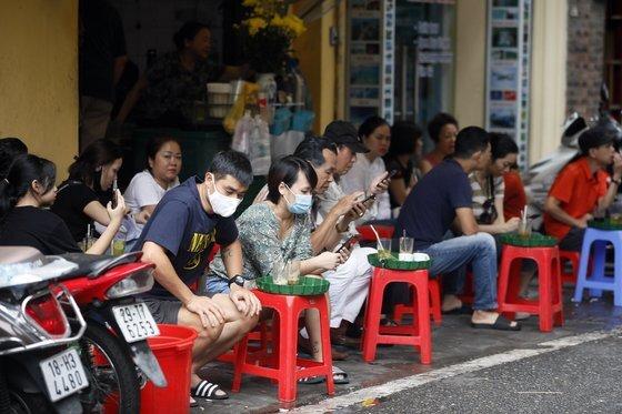 지난 3일 베트남 하노이의 한 식당에서 시민들이 마스크를 쓴 채 음식을 기다리고 있다. [EPA=연합뉴스]