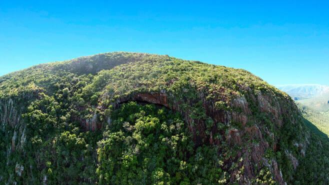 동굴이 있는 절벽 전경.